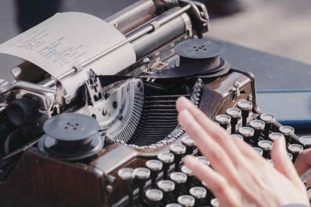 小説家・作家におすすめのキーボードはコレだ!|物書きのロマンを叶えるタイプライター型キーボードとは!?